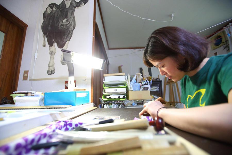 牛を描き、牛と生きるアーティスト。