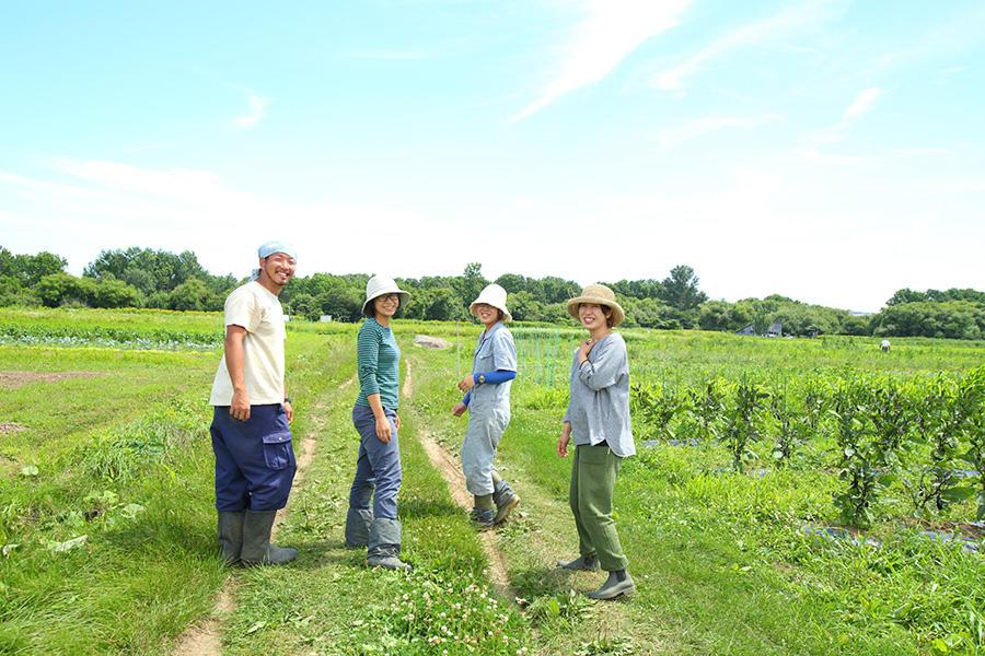 都市に隣接する農園で自然栽培に取り組む若者たち。
