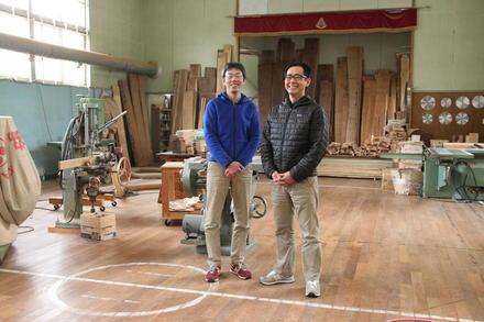 旧校舎で洗練された木工作品を生み出す。湯ノ里デスク