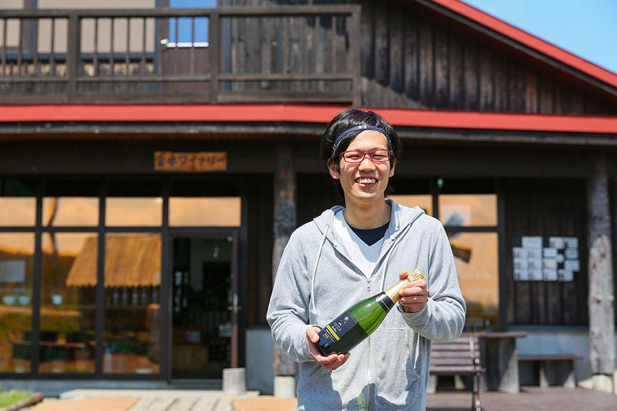 岩見沢に移住し、ワインづくりに奮闘する若者。
