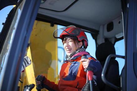 重機を操り、未来の山を作る。可愛くカッコ良い林業女子!